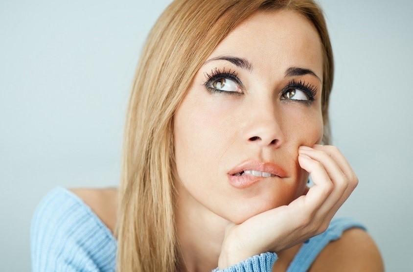 fiatal lány gondolkodik a fogbeültetésen