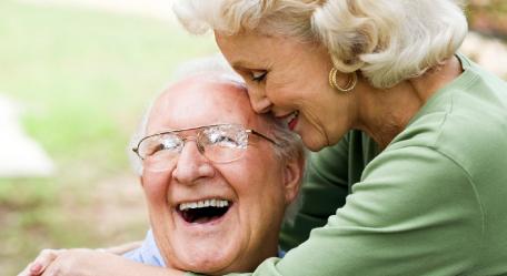 implantátummal-mosolygó-idős-pár